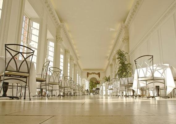 Ez a folyosó nyílik a pálmaházba, itt bármikor le tudnak ülni vendégeikkel egy csésze finom teára.