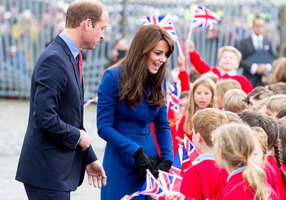 Dundee városka gyermekei is nagyon kíváncsiak voltak a hercegi párra, Katalin örömmel válaszolt a kérdéseikre.