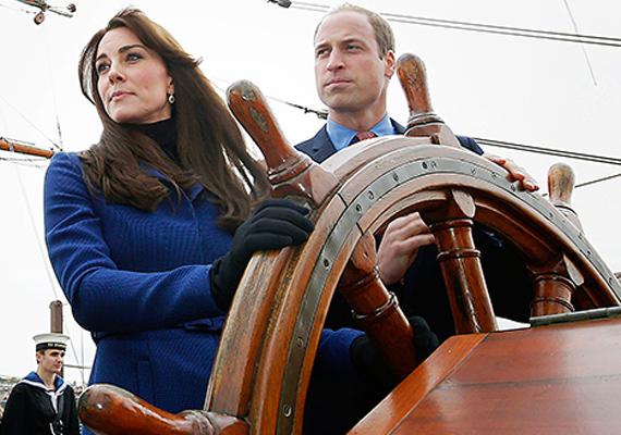 Katalin hercegné még a hajó vezetését is kipróbálta. Igazán bájos hajóskapitány lenne belőle.