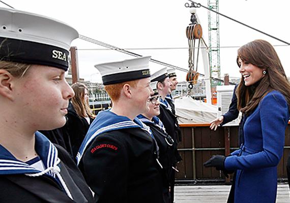 A matrózokkal is beszédbe elegyedett, láthatóan nagyon érdekelte minden hajózással kapcsolatos érdekesség.