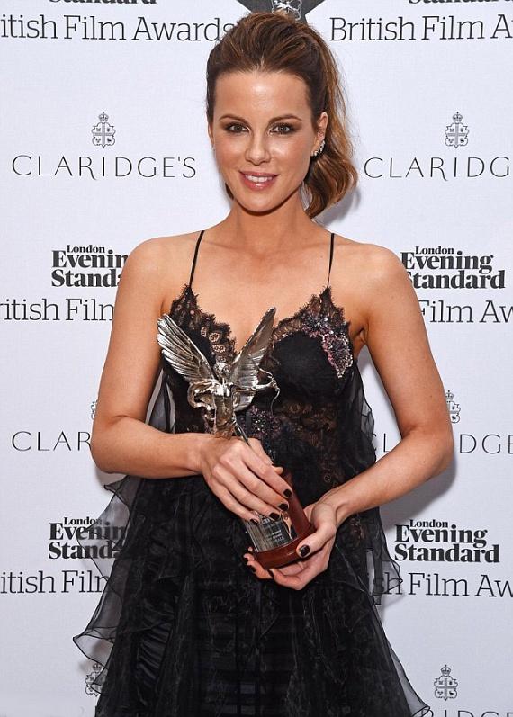 Kate Beckinsale szinte tündökölt a gálán - főleg, miután megkapta a legjobb angol színésznőnek járó elismerést.