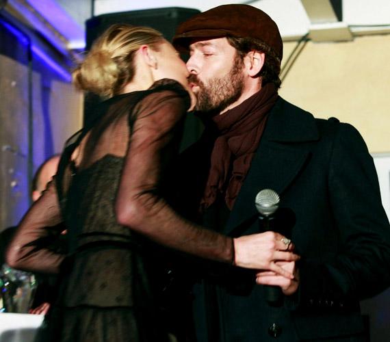 Akkor sem jöttek zavarba, amikor szenvedélyes csókjukról is készültek képek.