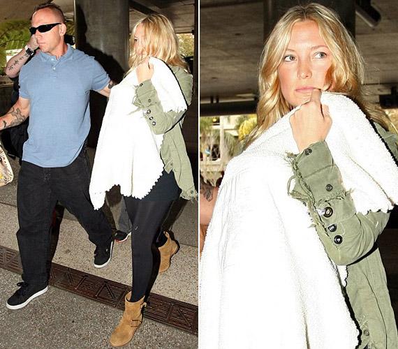 Júliusban a testőre kísérte a színésznőt, amikor elhagyta a kórházat a csöppséggel - a színésznő láthatóan nem örült a lesifotósoknak.