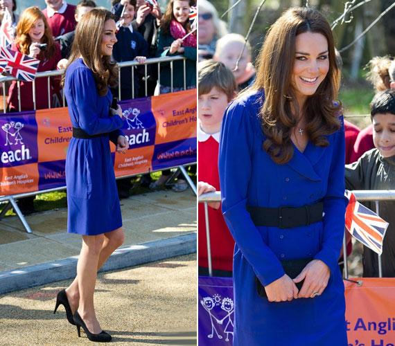 Nagyon elegáns volt a visszafogott, kék ruhában, amelyet fekete derékövvel és elmaradhatatlan magassarkúval egészített ki.