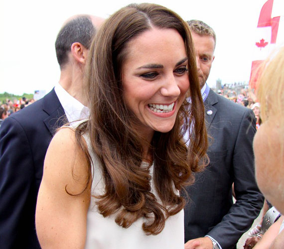 A csinos hercegnőt nagyon meghatotta a kanadaiak kedvessége, akik virágcsokrokkal köszöntötték a reptéren.