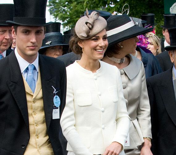 Kate Middleton elbűvölően nézett ki hófehér Ralph Lauren-ruhájában, ami kislányos bájt kölcsönzött megjelenésének.