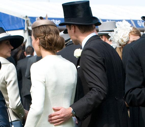 Felejthetetlen pillanat: Vilmos herceg a derbin gyengéden ölelte át gyönyörű feleségét.