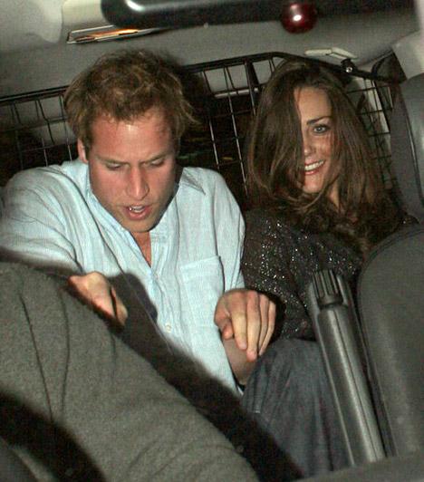 Bulizni is járnak  Kate és Vilmos - amennyire lehet - igyekeznek a fiatalok normális életét élni, így az sem ritka, hogy elmennek bulizni. Ám a lesifotósok ilyenkor is a nyomukban vannak, 2007-ben azt örökítették meg, ahogyan a londoni Boujis klubból távoztak.  Kapcsolódó cikk: Leleplezték Kate Middleton piszkos múltját »