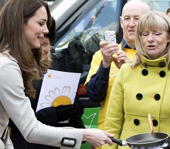 """Mert mindig kapható egy kis viccelődésre. Egy belfasti látogatás alkalmával például beállt palacsintát sütni, de Harry herceg is kapott már tőle karácsonyra egy """"Építsd fel magadnak a barátnődet!"""" szettet."""