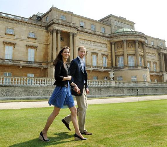 Mert hétköznapi boltokból is választ ruhákat, így le lehet másolni a ruhatára egy részét. Az esküvő utáni napon például ebben a kék Zara ruhában sétált újdonsült férjével a palota kertjében.