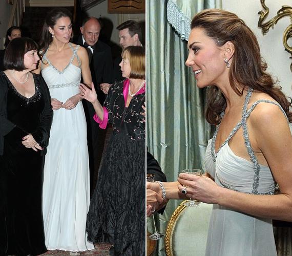 A hercegnő földig érő, halványkék ruháját ezüst pánt díszítette. Kate csak egy karkötővel, egy apró fölbevalóval és a jegygyűrűjével egészítette ki.