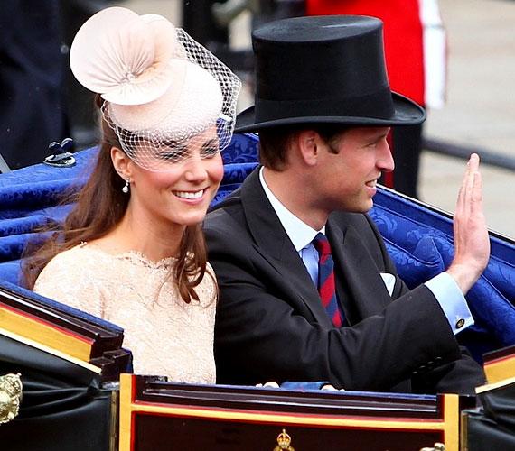 Férjének is jól áll a kalap: Vilmos herceg cilinderben integetett a tömegnek.
