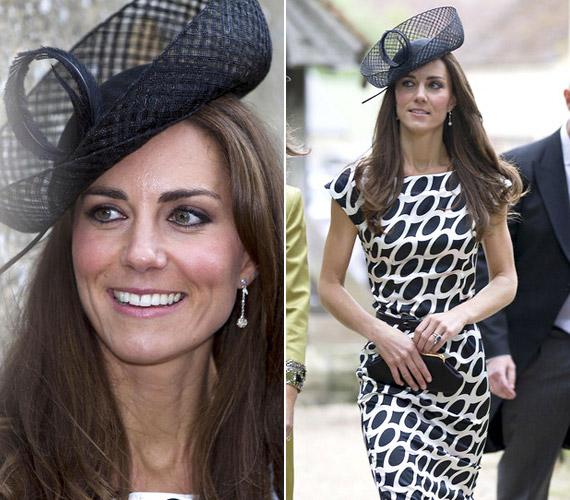 Fekete-fehér mintás ruhájához egyszerű, hálós kalapot választott. A szettet Sam Waley-Cohen és Annabel Ballin esküvőjére választotta.