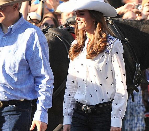 Calgaryban Kate és Vilmos a cowboyéletből is kapott egy kis ízelítőt. A laza délutánra a hercegnő szexis farmert, inget és kalapot húzott.