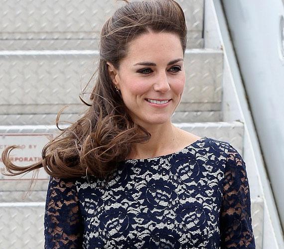 A hírek szerint Kate az útra 40 különféle ruhát vitt magával, az etikett szerint ugyanis minden megjelenésen mást kell viselnie.