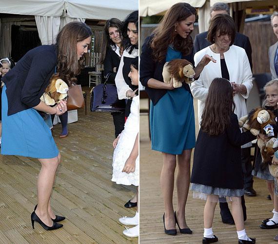Korábban is láthattuk már hasonló, ám mégis jóval előnyösebb összeállításban: akkor a kék Zara ruhát kardigánnal és ugyanazzal a Prada cipővel egészítette ki, amit legutóbb a kiállításon is viselt.