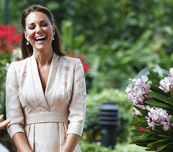 Katalin annyira élvezte a sétát a gyönyörű virágok között, hogy nem bírta abbahagyni a nevetést.