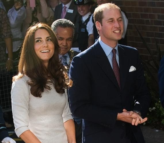 Kate most is, mint mindig, a klasszikus elegancia jegyében választott ruhát, akárcsak Vilmos, aki egyszerű szabású, kék öltönyt viselt.