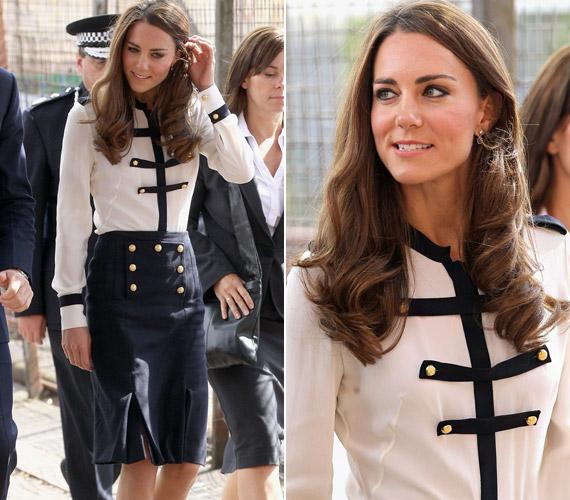 Bár Kate szereti a vidám, színes ruhákat, ezúttal az ügy komolyságának megfelelő, egyszerű, zárt szettben érkezett.