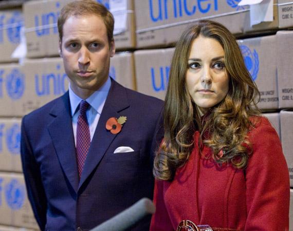 Kate szelíden figyel, Vilmos herceg pedig valamiért nagyon lebiggyesztette az ajkát.