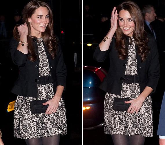 Hogy a ruha merészségét ellensúlyozza, fekete harisnyával és klasszikusan elegáns blézerrel tette teljessé a képet.