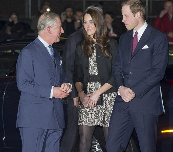 A Royal Albert Hallba a trónörököst és feleségét elkísérte Károly herceg és Kamilla hercegné is.