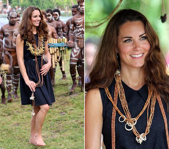 Katalin újra levetette cipőjét, mezítláb lépkedett a füvön, és érdeklődve kísérte figyelemmel a törzsi szertartást.