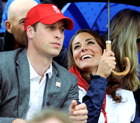 Éppen Vilmos herceg unokatestvérének, Zara Phillipsnek a mérkőzésén drukkolnak.