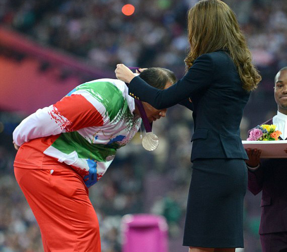 Az iráni olimpikon nagyon megilletődött, nem fogott kezet a hercegnével, mivel náluk a férfiak és nők nem szoktak nyíltan érintkezni.