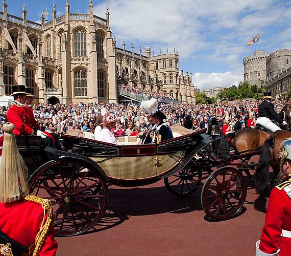 A királyi család tagjai Windsorban hintóval vonultak el az ünneplő tömeg előtt.