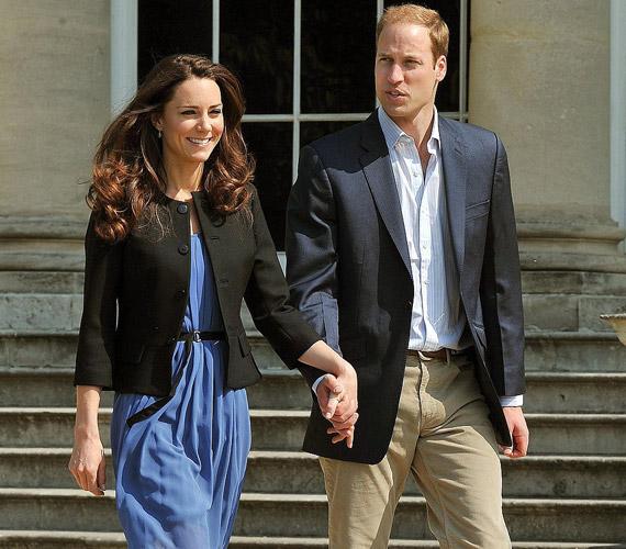 A boldog és kipihent ifjú pár az esküvő utáni napon, a Buckingham-palotánál.