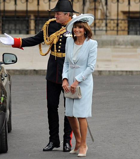 Az örömanya  Kate Middleton édesanyja, Carole hozta a tőle megszokott kirobbanó formáját, világos kösztümében csodásan festett.
