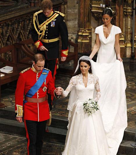 Testvéreik kísérték őket  A földig érő menyasszonyi ruha uszályát Kate Middleton húga, Pippa vitte, Vilmos herceget pedig öccse, Harry kísérte.