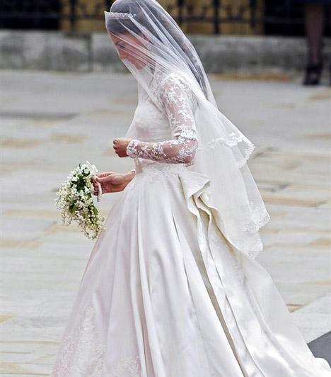 Szolid ruhában  Mint ahogyan azt sejteni lehetett, Kate csodálatosan szép volt egyszerű szabású, mesés hófehér ruhájában, melyet az Alexander McQueen divatház egyik tervezője, Sarah Burton álmodott meg hibátlan alakjára.  Kapcsolódó cikk: Belevaló hercegnő! Képeken Kate Middleton legcsinosabb ruhái 2011-ből »