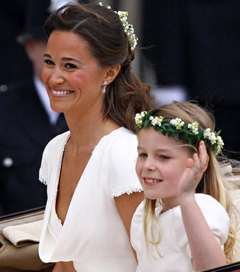 Pippa is gyönyörű  Pippa Middleton koszorúslányként is ragyogóan nézett ki, barna bőréhez remekül passzolt a világos ruha. A kislányok fején virágkoszorú díszelgett.  Kapcsolódó képgaléria: Pippa Middleton, a hercegi pár bájos nyoszolyólánya »