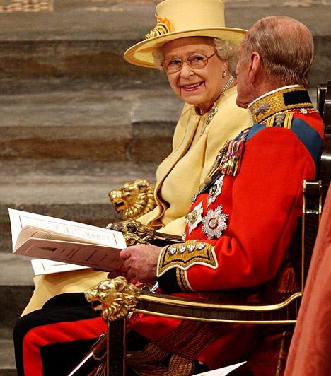 II. Erzsébet királynő és Fülöp herceg  A királynő halványsárga kosztümöt viselt, míg férje, Fülöp herceg díszegyenruháját öltötte magára.