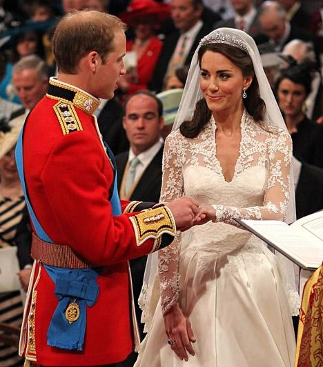 A boldogító igen  Bár a szertartás alatt Kate és Vilmos is idegesnek tűntek, amikor felkerült a gyűrű a menyasszony ujjára, már mindketten önfeledten mosolyogtak.