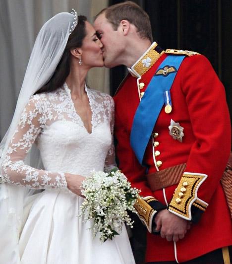 Az első csók  Az első hivatalos csókra - a hagyományokhoz hűen - a Buckingham palota erkélyén került sor, mely előtt több tízezres tömeg fogadta ujjongva az ifjú párt.