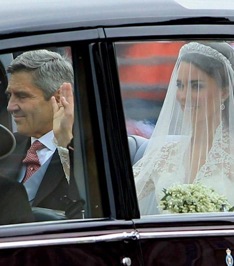 Autóval érkezett  A menyasszony édesapjával együtt autóval érkezett a Westminster apátság elé, ahol Vilmos herceg és a vendégek mellett több ezer fős tömeg várta.