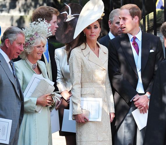 Az esküvőn maga II. Erzsébet, a trónörökös Károly herceg, párja, Kamilla, a fiatal hercegi pár, valamint Harry herceg is megjelent.
