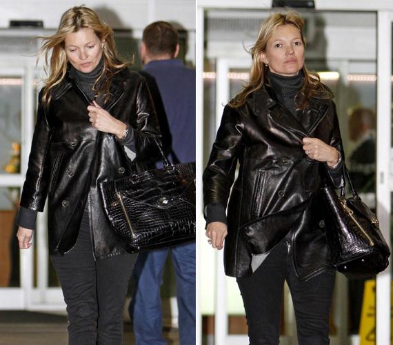 London utcáin slamposan, nem modellhez méltóan mászkált Kate Moss. Úgy látszik, nem zavarja, hogy ilyen állapotban fotózzák, egy pillanatig sem akart elbújni a kamerák elől.