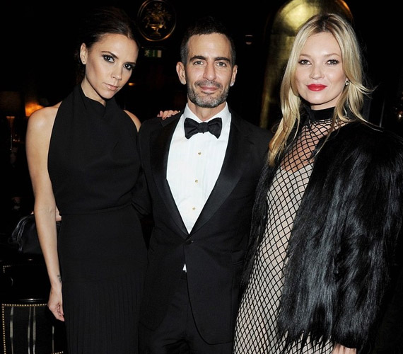 A popdíva és a szupermodell között a híres divattervező, Marc Jacobs látható.