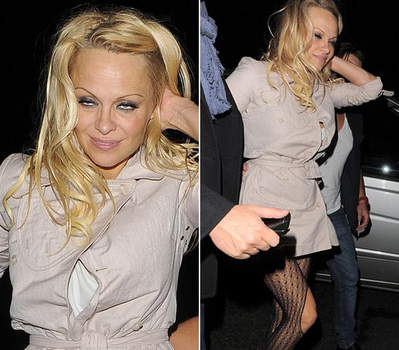 Pamela Anderson úgy a pohár fenekére nézett, hogy még a ruháját is elszakította. Bár állítása szerint csak színházban volt.