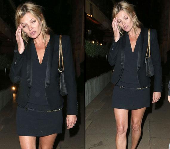 Az arckifejezést és a mozdulatokat elnézve Kate Moss is érezte, hogy erős fejfájással fog küzdeni.