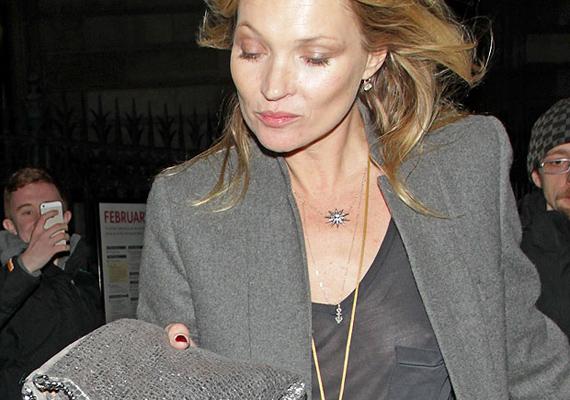 Kate elfelejtett melltartót venni átlátszó pólója alá. 2014-ben, David Bailey kiállításmegnyitóján, a Nemzeti Galériában kapták le a fotósok, ahogy távozott a VIP-parti után.