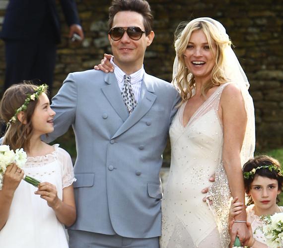 Moss - bár korábbi pasijai is eljegyezték már - először állt oltár elé, a modell az esküvőre egy John Galliano vintage menyasszonyi ruhát választott.
