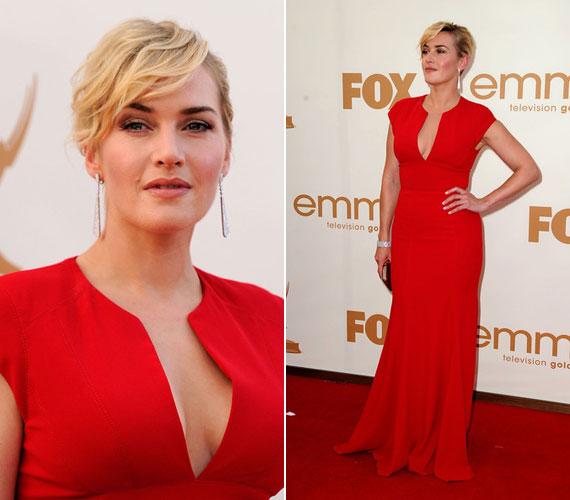 A szeptemberi Emmy-gálán egy földig érő piros, mélyen dekoltált estélyiben lépett a vörös szőnyegre.