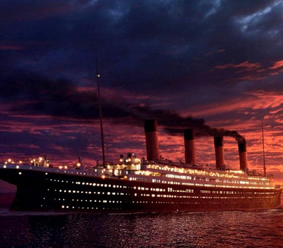 Az 1910 és 1912 között készült hajó megépítésének költsége 7,5 millió dollár volt, ami az 1997-es árfolyamon 120-150 millió dollárnak felel meg. Ezzel szemben a film összköltsége 200 millió dollárra rúg.
