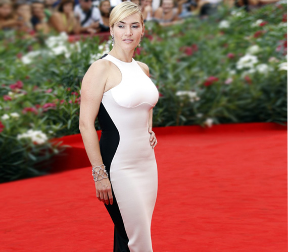 Bár nőies alakját kihangsúlyozta a ruha, ez a testhez simuló fazon nem épp a legelőnyösebb.