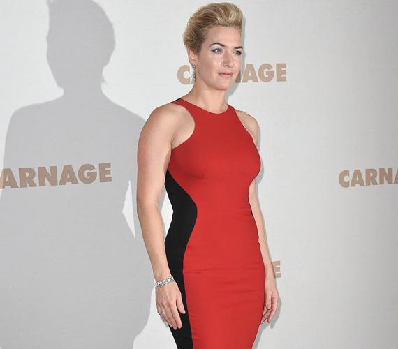 A ruha színe még élénkebb volt, mint a maga a vörös szőnyeg, amin végigvonult - ezúttal frizurája is vagányabbra sikeredett.